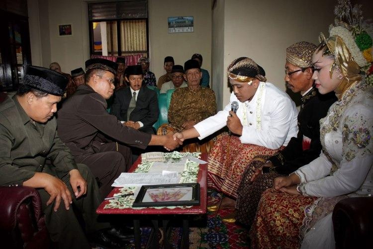 Prosesi Ijab Qobul. Terlihat orang tua di tengah mempelai memakai batik motif truntum. (Sumber nurcholishnomajid.wordpress.com)